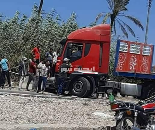بالصورة إصابة شخص في حادث تصادم مروع بين سيارة مقطورة وملاكي بدمياط