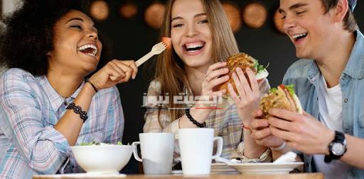 عادات خاطئة تؤدي إلي مشاكل صحية خاصةً الأطعمة