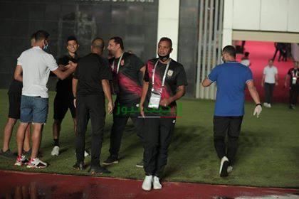 لاعبو الزمالك يعاينوا أرض الملعب قبل مواجهة إنبي