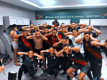 لاعبو الأهلي يحتفلون بالتتويج بلقب الدوري