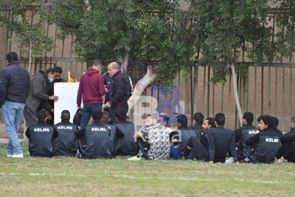 المدير الفني للحمام يعطي المحاضرة للاعبين في الملعب قبل مواجهة المالية