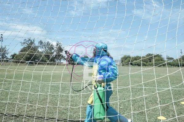 الأهلي يعقم ملعب التدريب في تنزانيا