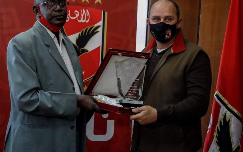 المريخ السوداني يهدي درعه للنادي الأهلي
