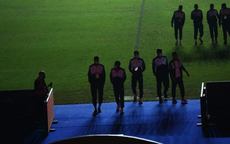 لاعبو الزمالك يعاينون أرضية استاد القاهرة قبل انطلاق المباراة