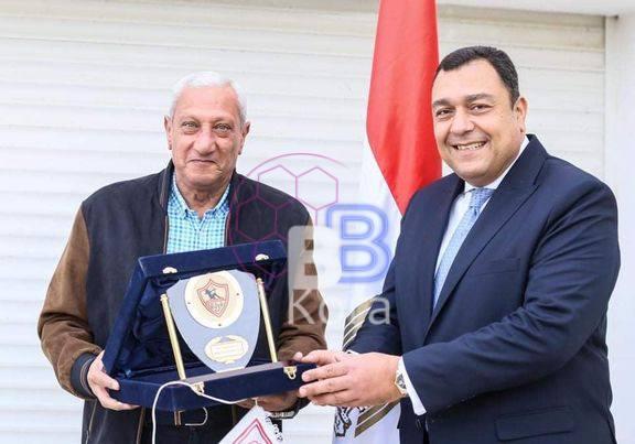 الزمالك يمنح سفير مصر في تونس درع النادي وقميص الفريق